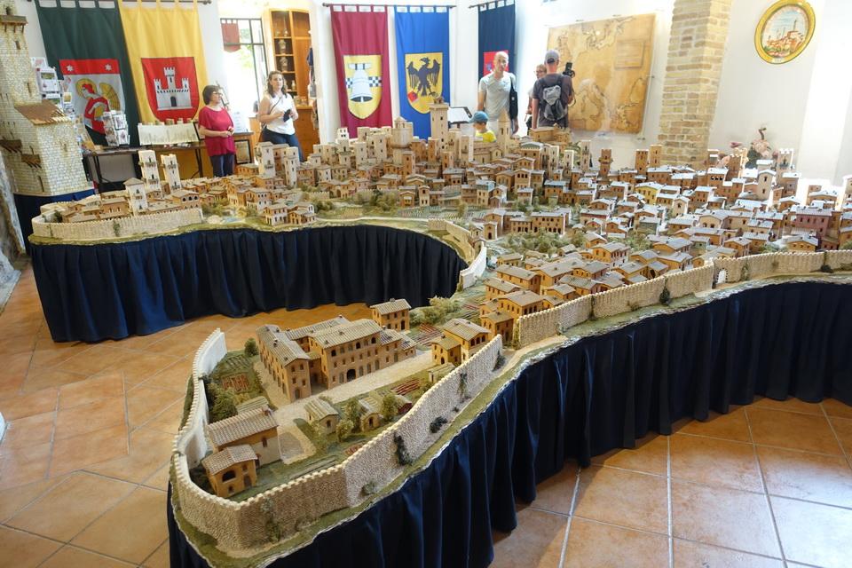 เมืองซาน จิมิกนาโน จำลอง ณ San Gimignano 1300 Beaconboy Travel